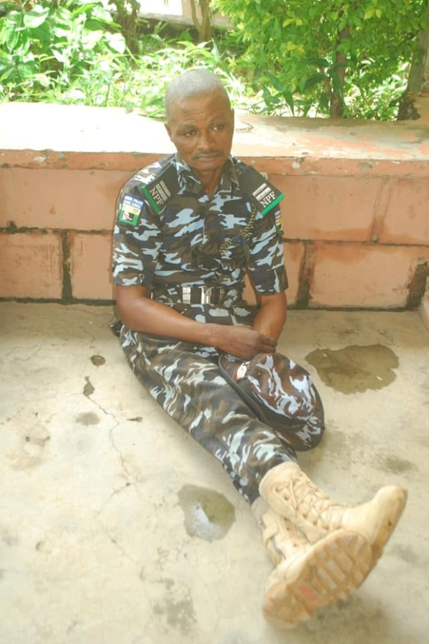 Dismissed police officer arrested after he mounted a checkpoint to extort the public in Niger state (photo)