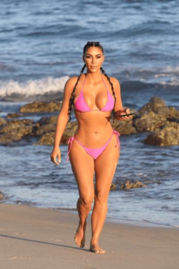 Kim Kardashain affiche ses courbes dans un bikini rose maigre