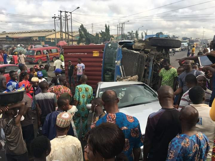 Trailer falls on car at Cele busstop (photos)