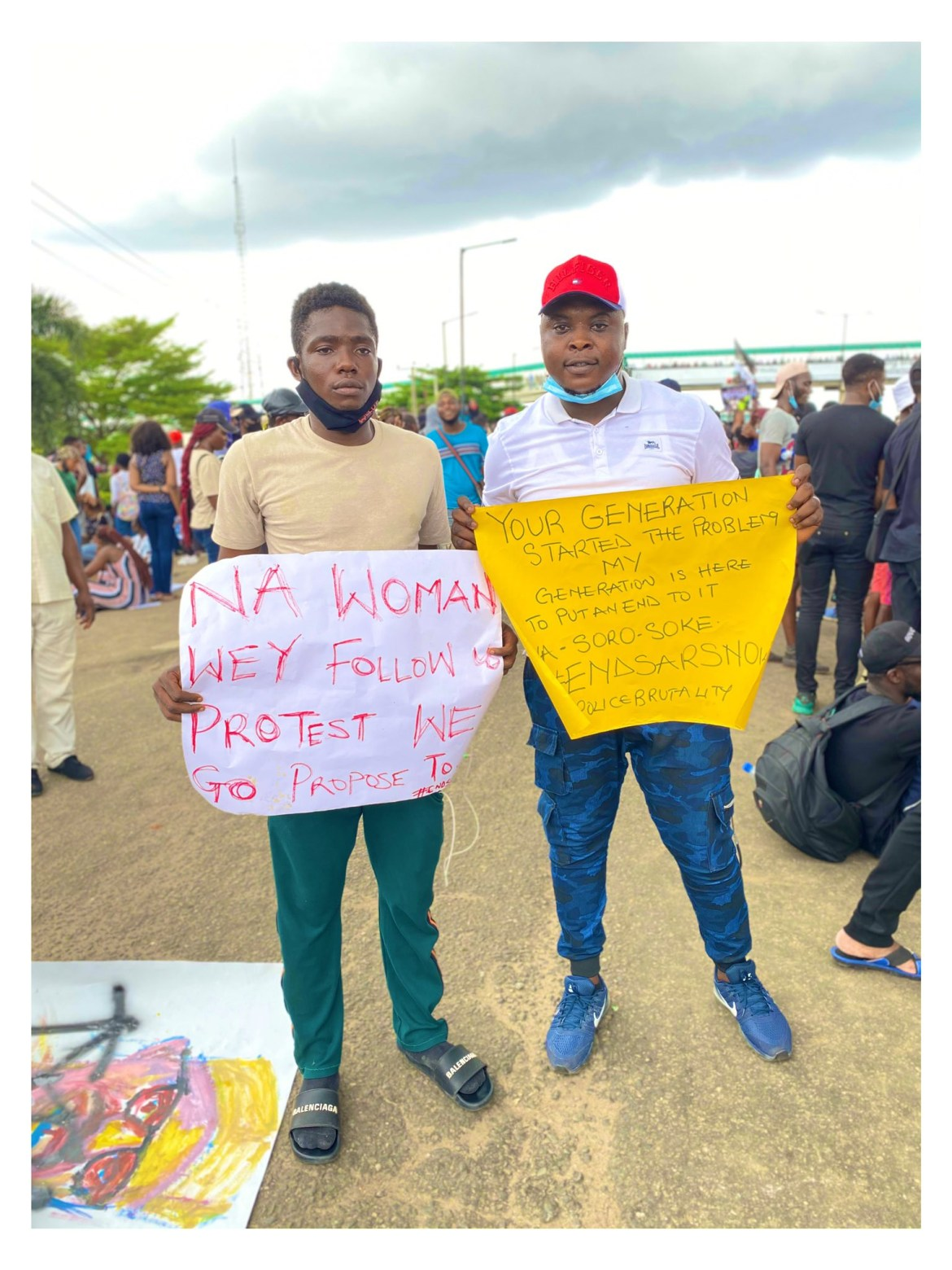 Nigerian man proposes to his girlfriend at #EndSARS protest in Lagos (photos)