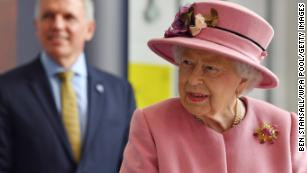 Queen Elizabeth carries out first royal engagement in months without wearing a mask (photos)