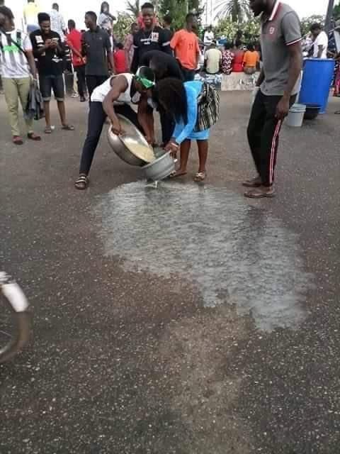Edo End SARS protesters block highway to cook Sunday Jollof rice (photos)