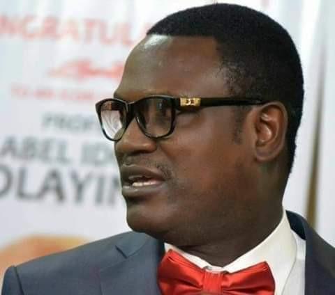 Video: Drama at University of Ibadan as non-academic staff celebrate exit of Bursar