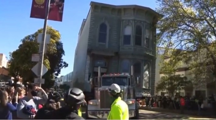 Moment house is lifted and moved to new location in the US (video)