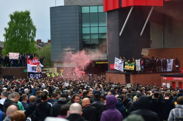 Police officer slashed in face with bottle during protests by Man United fans?(photos)