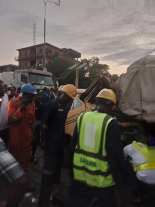 Three injured as truck rams into commercial bus in Lagos (photos)