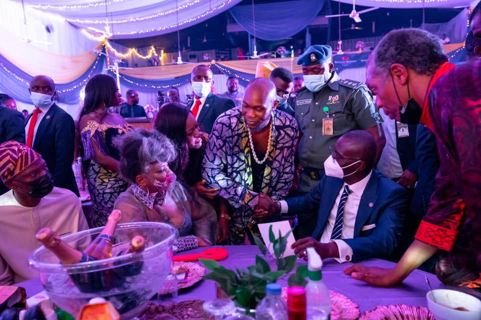 Singer Seun Kuti raises two middle fingers and walks out on Governor Sanwo-Olu at sister