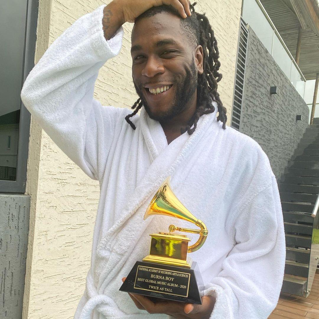 BurnaBoy reçoit sa plaque des Grammy Awards (photos)