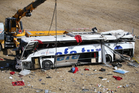 14 people killed and 18 injured after bus swerves off highway road in Turkey (photos)
