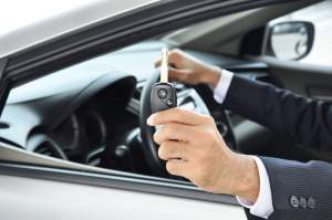 hand-holding-car-key