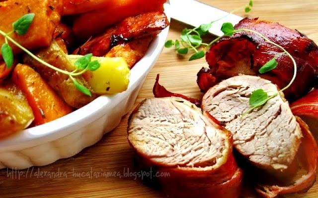 Muşchiuleţ de porc îmbrăcat în bacon şi servit cu cartofi dulci, pere şi zucchini