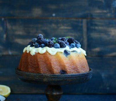 Best-Ever Cake cu mascarpone si fructe negre de padure