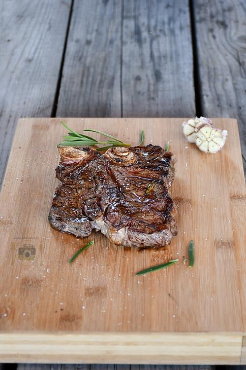 T-bone steak la gratar - alex juncu -