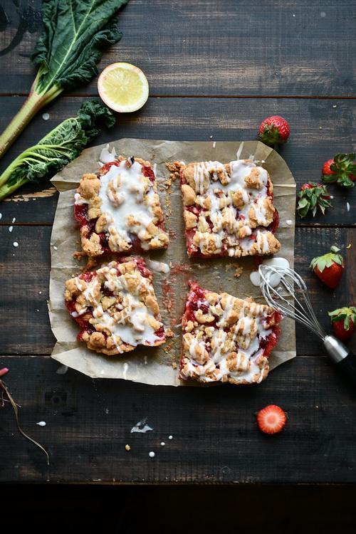 Fursec cu căpșuni și rubarbă - Bucătăria familiei mele - www.alexjuncu.ro