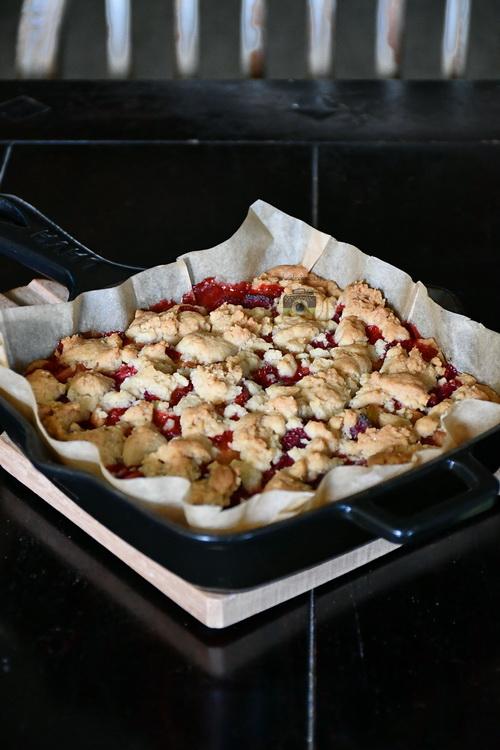 Shortbread cu căpșuni și rubarbă - Bucătăria familiei mele - www.alexjuncu.ro