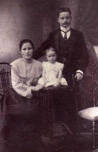 Семья Шершневых – Мария Ильинична, Семён Дмитриевич и Наташа. Фотография примерно 1910 года
