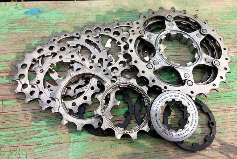 Как заменить звездочки кассеты Shimano на заднем колесе спортивного шоссейного велосипеда: снимаем кассету с заднего колеса, разделяем звездочки, убираем те, которые износились, и собираем все в обратном порядке