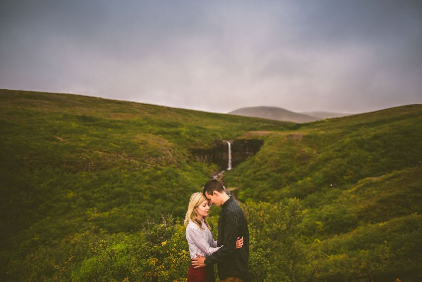 engagement portraits in front of Svartifoss