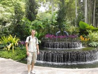 In front of the fountain at the entrance to the Orchid Garden. Я на фоне фламингового фонтана внутри сада.