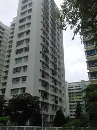 Residents dry their clothes on the balconies. Местные жители сушат белье на балконах.