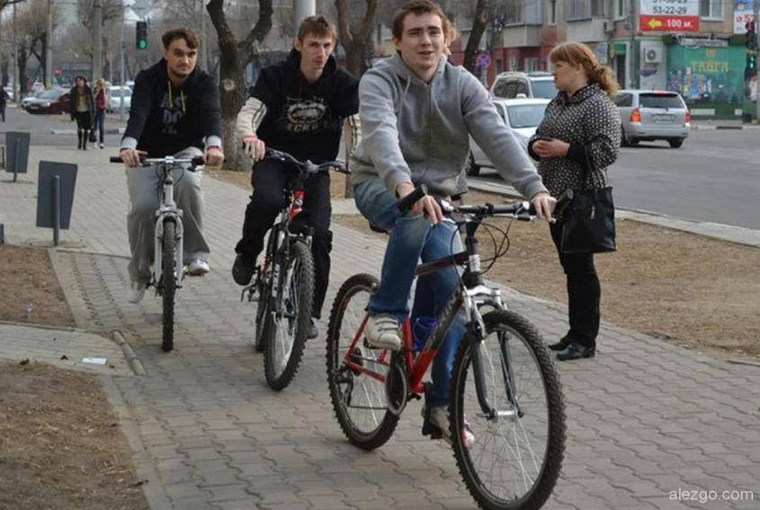 на велосипеде в городе