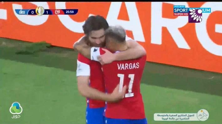 شاهد الهدف الاول (1 – 0) لصالح تشيلي في شباك أوروغواي