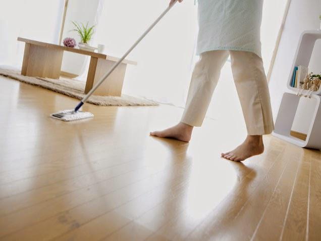 olahraga rumahan, olahraga mengepel dan menyapu, olahraga pagi hari, kebugaran, sehat, latihan, mengepel dan menyapu