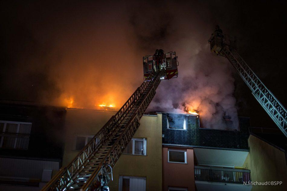 Intervention des Sapeurs Pompiers dans l'incendie d'un appartement à Alfortville - Photo BSPP