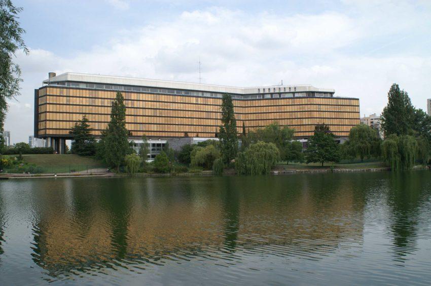 La préfecture du Val-de-Marne vue du lac de Créteil.