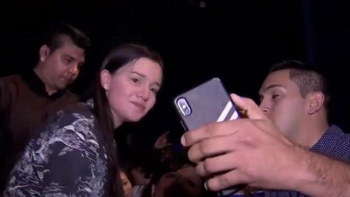 Selfies de Sarita en pleno velorio indignan a fans de José José