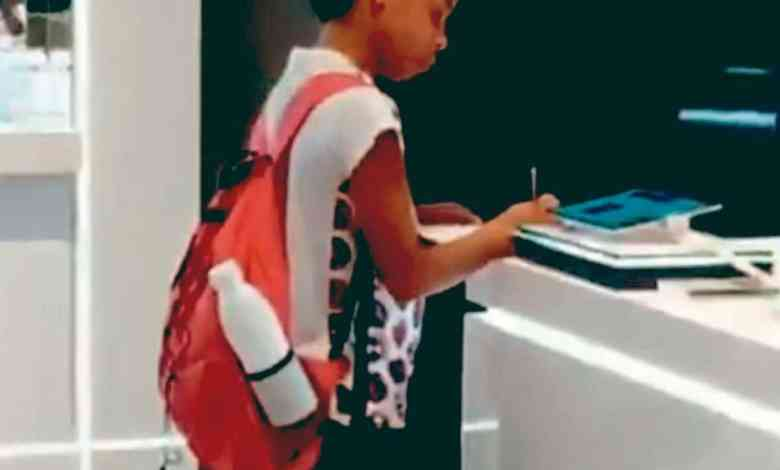 Photo of Niño no tiene internet y va a centro comercial para hacer su tarea