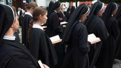 Photo of Monjas confesaron que un sacerdote las violó durante cuatro años