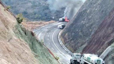 Photo of Pipa de amoniaco vuelca y se incendia en Michoacán