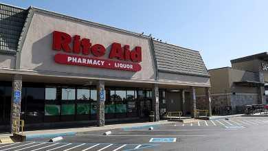 Hombre con cuchillos crea pánico en Rite-Aid; oficiales lo matan
