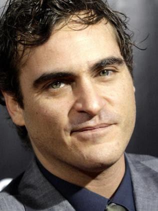 Conductora se burla de labio leporino de Joaquin Phoenix