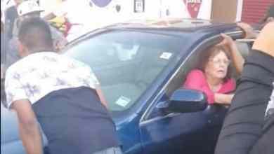 Photo of Señora se estaciona a media calle y así la movieron