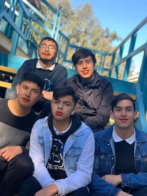 Alumnos de Cobach protestan con labios pintados