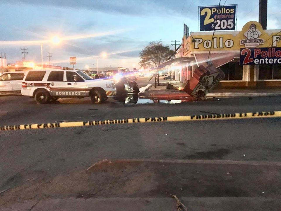 Explota su automóvil al chocar contra 'El Pollo Feliz'