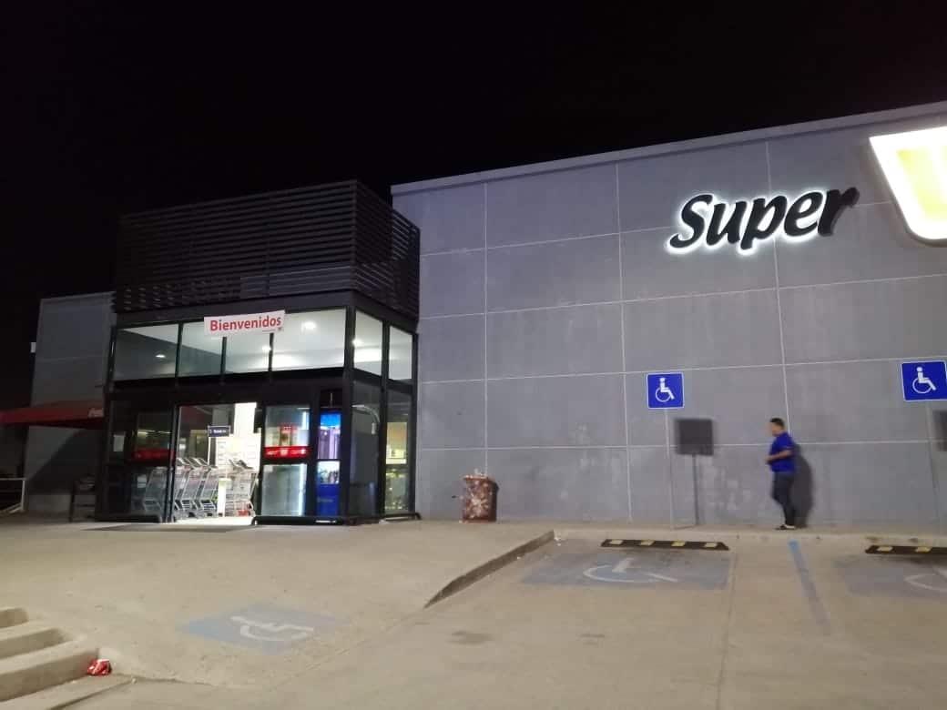 Pareja armada asalta tienda Super Ley