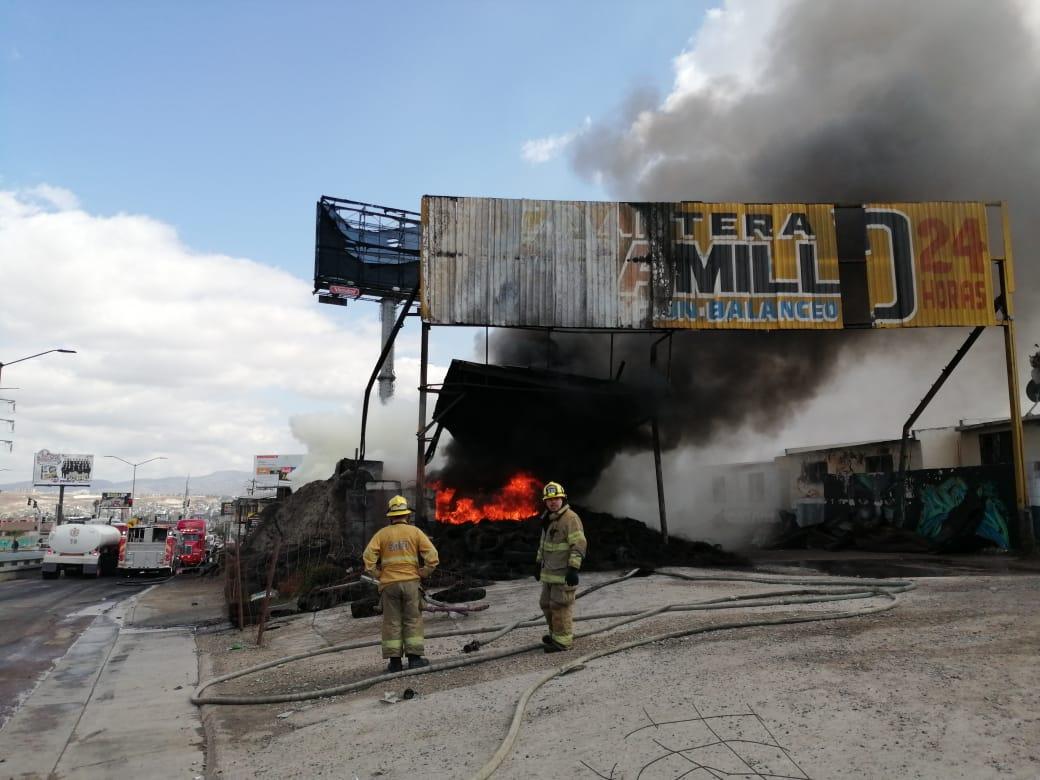 Siguen labores para sofocar incendio de almacén de llantas