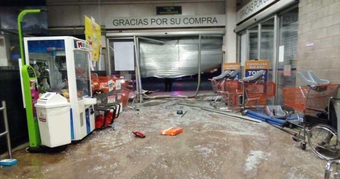 Irrumpen en supermercado con todo y auto para asaltar