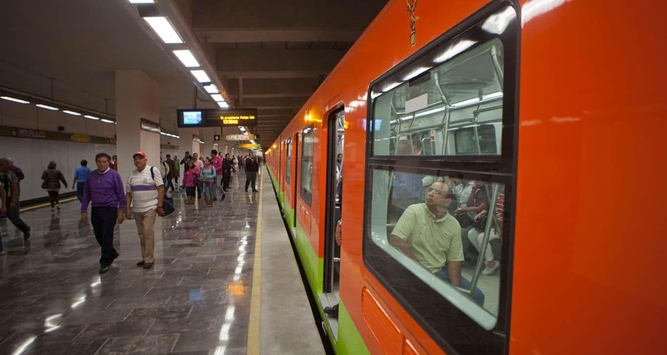 Mujer se arroja a las vías del metro con su hijo