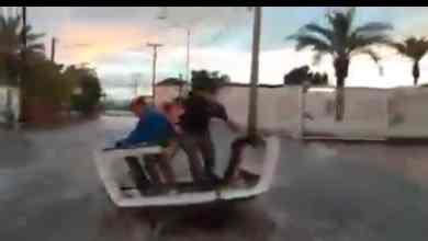 Photo of 'Surfean' en los charcos que dejaron las lluvias