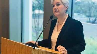 Kathryn Flachsbart emitió un mensaje para pedir a los ciudadanos y residentes en Estados Unidos, evitar viajes internacionales
