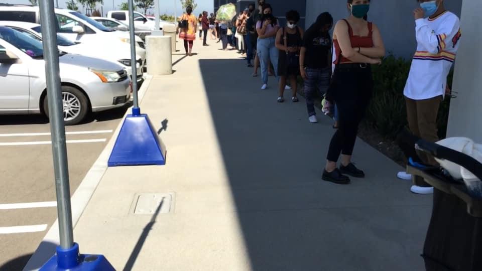 FOTOS: Filas enormes por apertura de Ross en San Diego