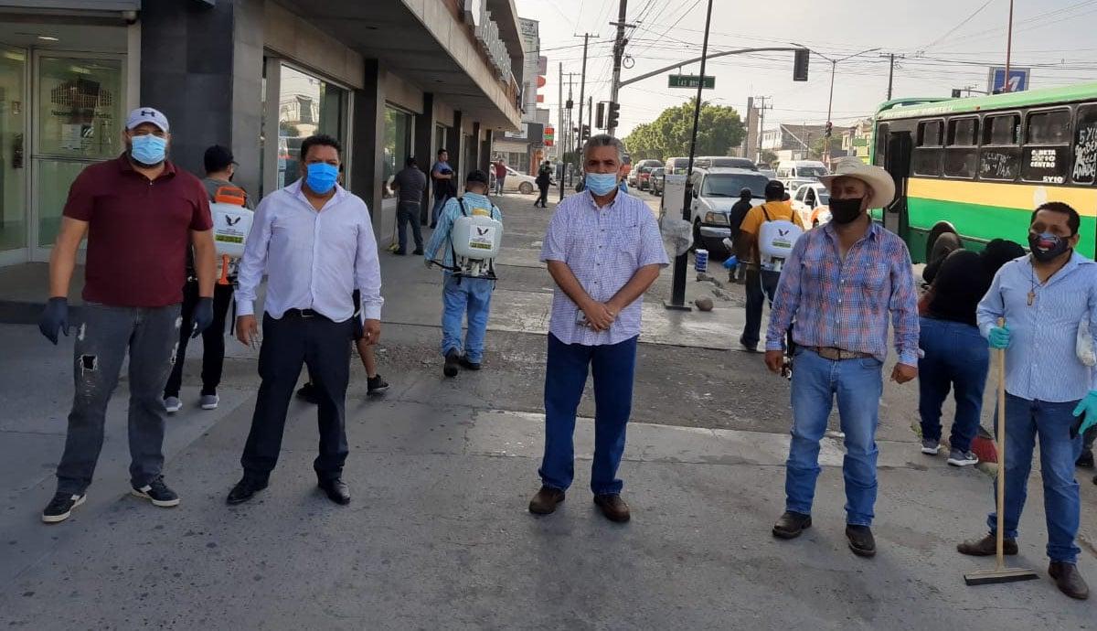 Ayuntamiento y vendedores ambulantes sanitizan espacios públicos