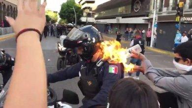 Photo of VIDEO: En protestas queman a policía