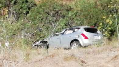 Photo of Pierde el control de su camioneta y cae a ladera