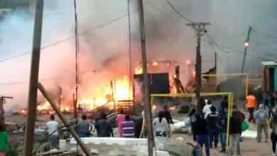 Photo of Fuerte incendio arrasa varias viviendas