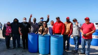 araceli-brown-recibe-donativo-de-contenedores-para-basura